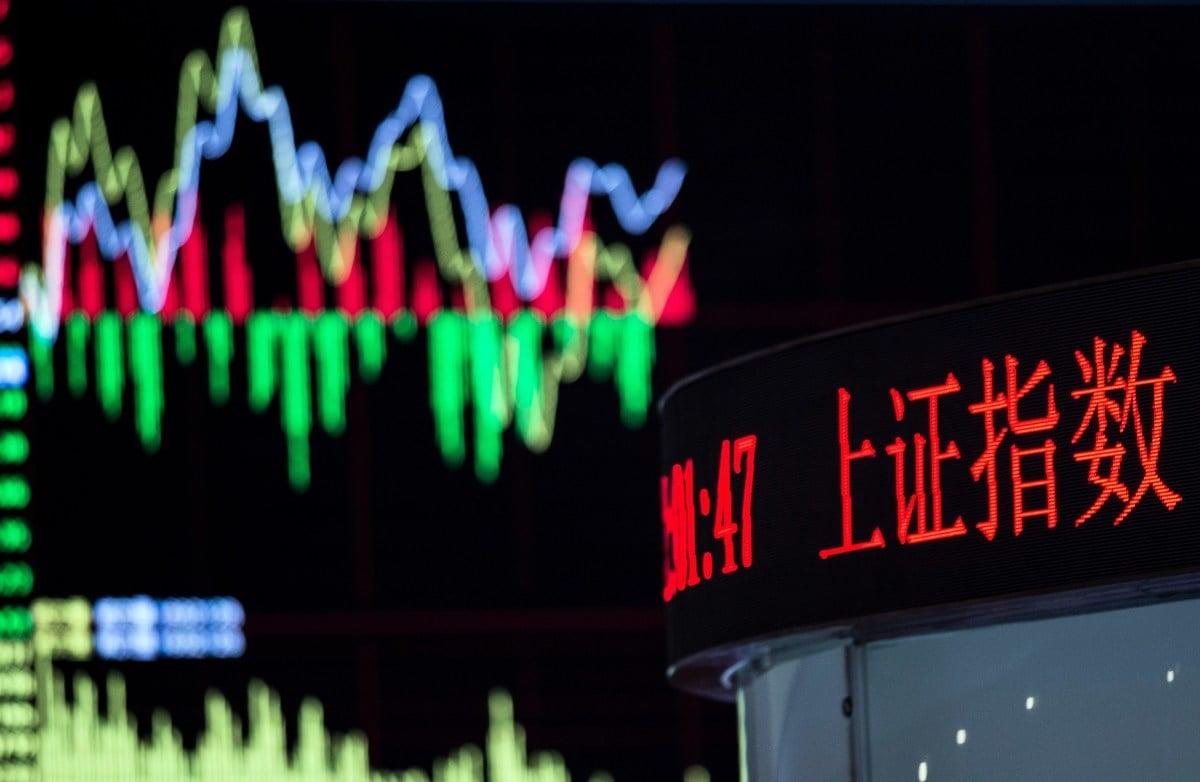 圖為2015年9月22日上海證券交易所內的股票走勢。(Photo credit should read JOHANNES EISELE/AFP via Getty Images)