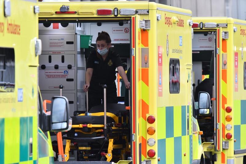1月3日,位於東倫敦的Royal London Hospital醫護人員將病人送進醫院。(JUSTIN TALLIS/AFP via Getty Images)