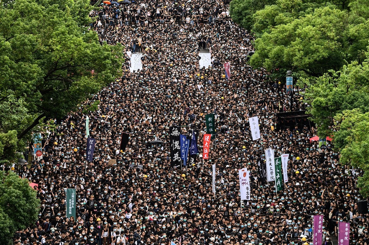 2019年9月2日,由香港學界發起罷課,有團體發起罷工,抗議港府無視民眾訴求,港警暴力鎮壓。圖為中文大學百萬大道罷課集會活動。(PHILIP FONG/AFP/Getty Images)