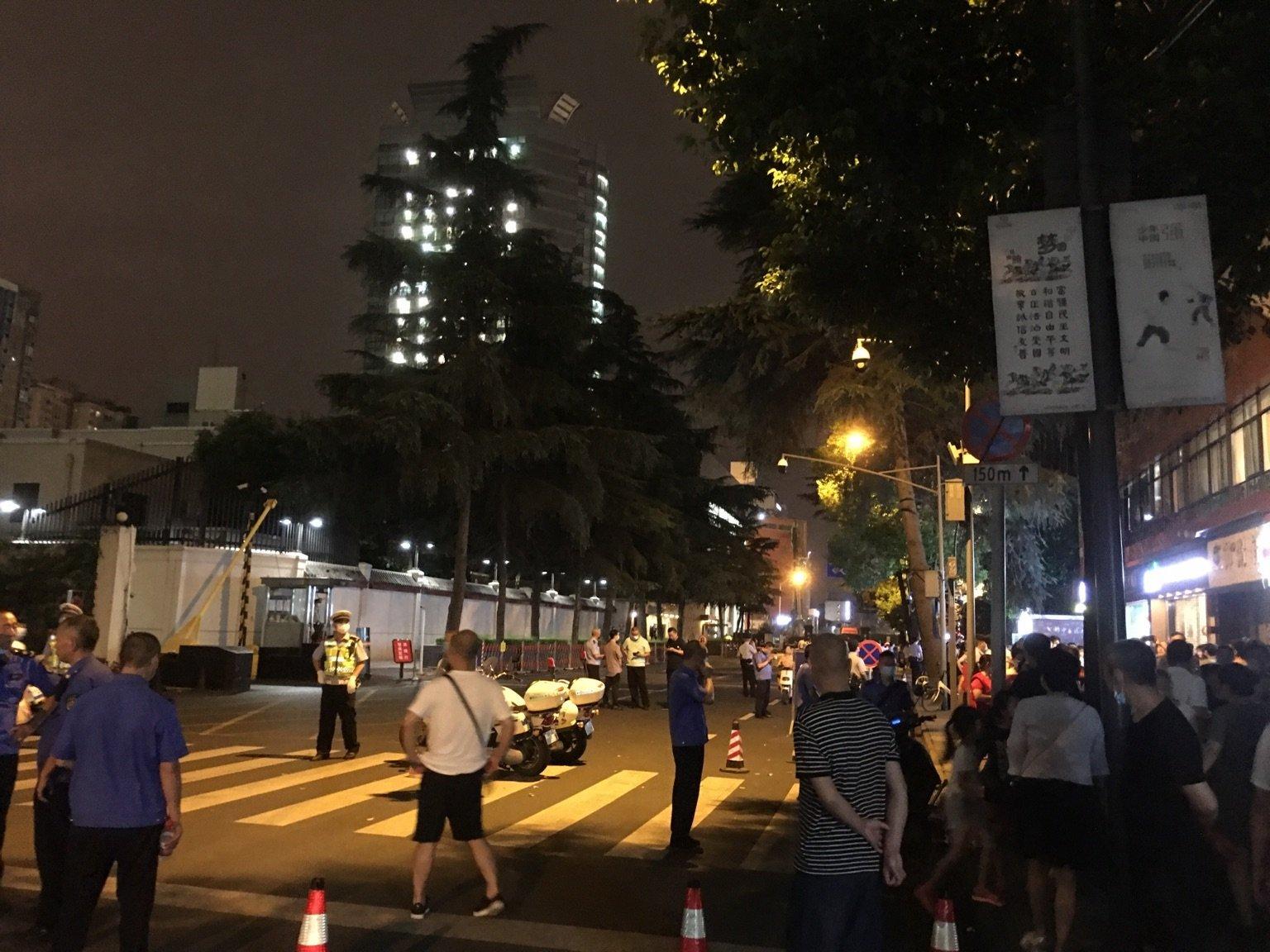 2020年7月24日晚,不少成都市民去圍觀美領館。(受訪人提供)