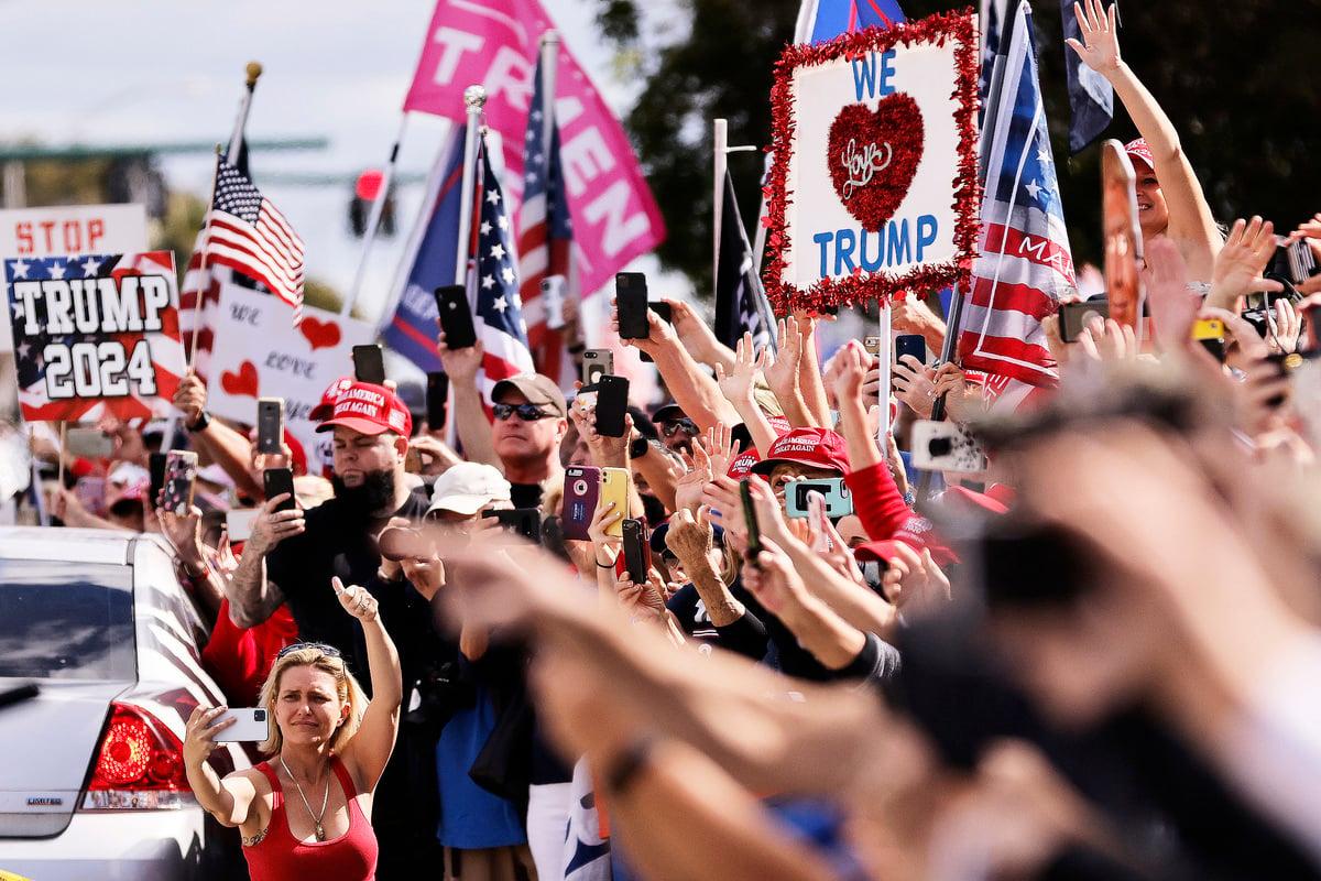 2021年1月20日,特朗普抵達佛羅里達,他的支持者沿途夾道歡迎。(ADAM DELGIUDICE/AFP via Getty Images)