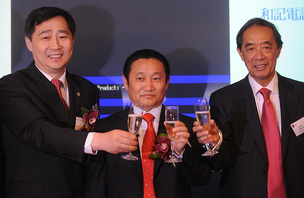 圖中間為中國忠旺公司創始人劉忠田。(MIKE CLARKE/AFP via Getty Images)