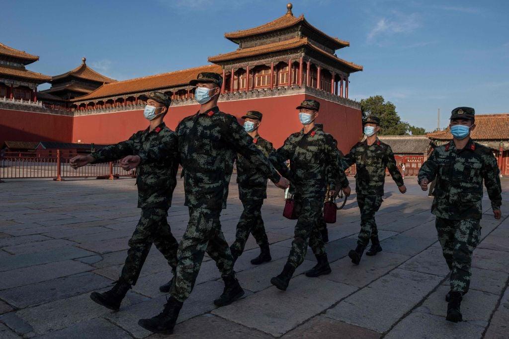 2020年9月20日,武警列隊走過北京故宮入口處。(Nicolas Asfouri/AFP via Getty Images)