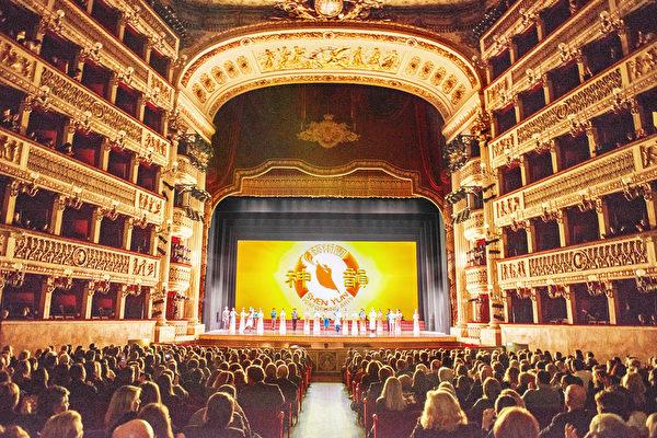 1月10日,美國神韻巡迴藝術團在意大利那不勒斯的首場演出爆滿。(Marius Iacob/大紀元)