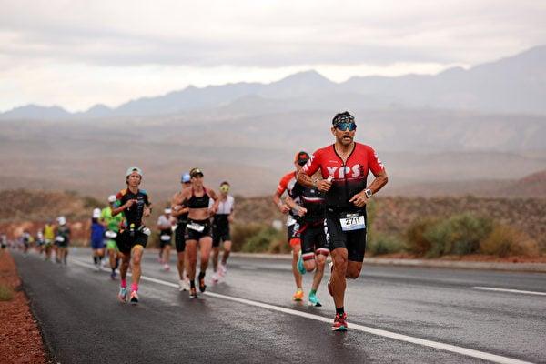2021年9月18日,美國猶他州聖喬治(St. George),「鐵人70.3世界錦標賽」(IRONMAN 70.3 World Championship)期間,男子組選手正在進行跑步項目比賽。(Ezra Shaw/Getty Images for IRONMAN)