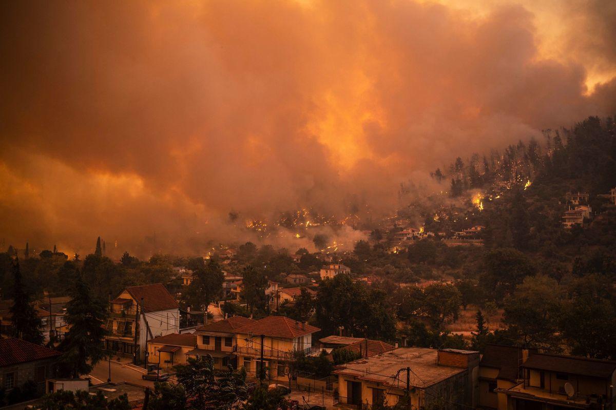 2021年8月8日,希臘第二大島埃維亞(Evia)上的大火,正朝古韋斯(Gouves)村移動。 (ANGELOS TZORTZINIS/AFP via Getty Images)