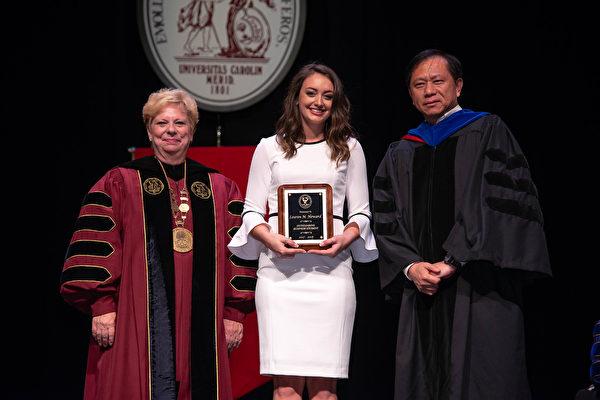 謝田(右一)在南卡羅萊納大學的頒獎儀式上。(本人提供)