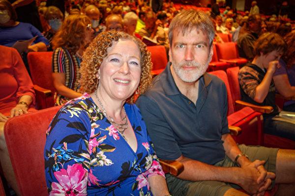 2021年7月31日下午,Laura Walker和丈夫Andy Vancil觀看了神韻巡迴藝術團在美國格里利蒙福特音樂廳(GREELEY Monfort Concert Hall)的首場演出。(于麗麗/大紀元)