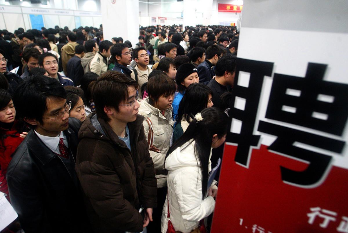 受中共肺炎疫情影響,大陸今年大學畢業生就業形勢嚴峻。圖為資料圖,中國的一個就業招聘會上,現場擠滿了應聘者。(大紀元資料室)