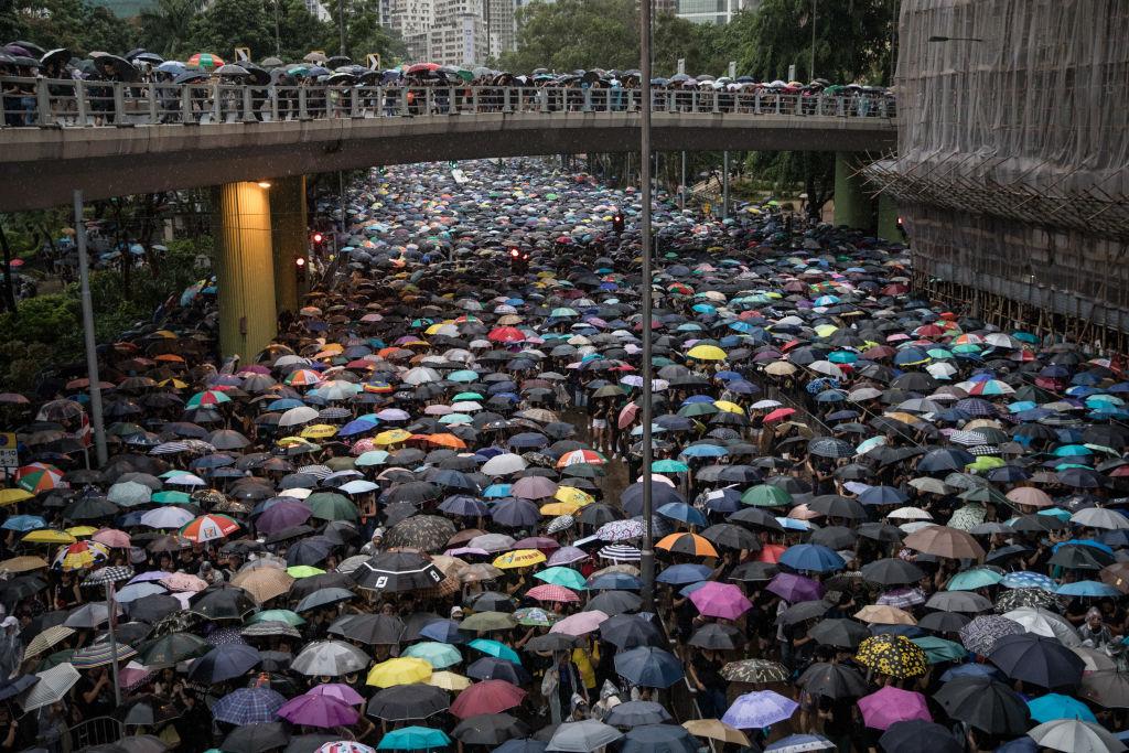 2019年8月18日,成千上萬的抗議者在離開香港維多利亞公園的集會後走上街頭。(Chris McGrath/Getty Images)