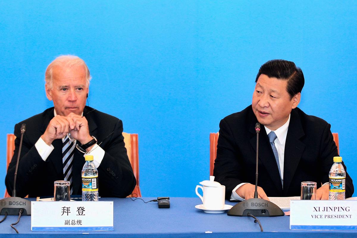 圖為2011年8月19日,時任美國副總統拜登(Joe Biden,左)訪問北京,與時任中共國家副主席的習近平在一個商業論壇上。(Lintao Zhang/Getty Images)