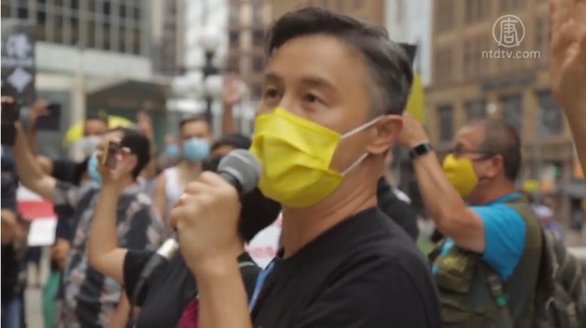 2020年8月16日,香港歌手鄭敬基在加拿大多倫多舉行的撐港集會上領唱《榮光》。(新唐人授權影片截圖)