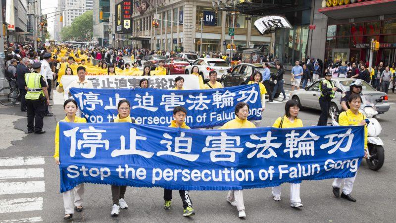 法輪功學員在美國遊行中的橫幅:停止迫害法輪功(大紀元資料庫)