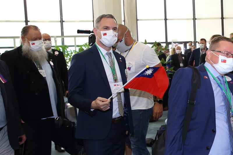 捷克參議院議長維特齊(Miloš Vystrčil)8月30日率團訪台,隨行的布拉格市長賀瑞普(Zdeněk Hřib)(中)揮舞中華民國國旗,資料照。(林仕傑/大紀元)