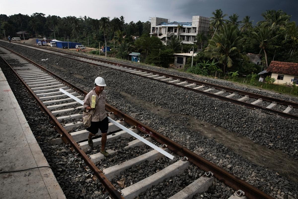 中國工人在斯里蘭卡南部省份貝利亞塔(Beliatta)幫助建造一個新火車站,該工程是中方於2018年11月18日開始負責並設計的。(Paula Bronstein/Getty Images)