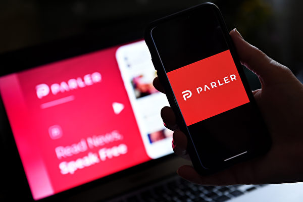 Parler網站在1月17日重新上網。由於科技巨頭對大量民眾的發言進行內容審查,引起許多不滿,紛紛加入新的社交媒體Parler。(OLIVIER DOULIERY/AFP via Getty Images)