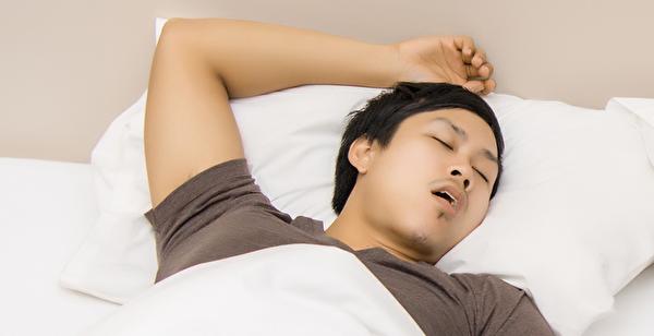 睡眠時間過多、過少,都不利大腦健康。(Shutterstock)
