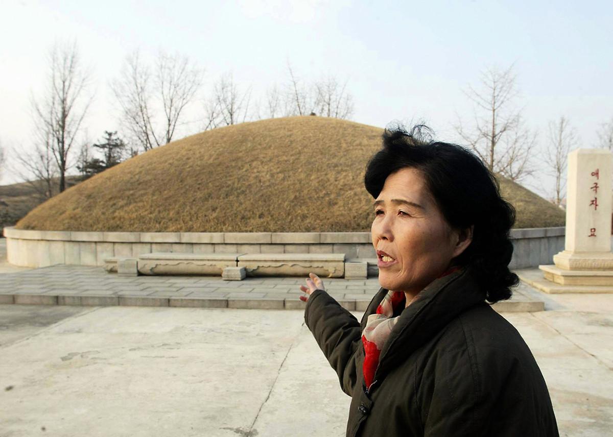 日本亞洲新聞社報道說,北韓當局逼迫人們挖祖墳撿遺骨,再將其火化。圖為2003年2月16日,平壤郊外的一處大型墳墓。(GOH CHAI HIN/AFP/Getty Images)