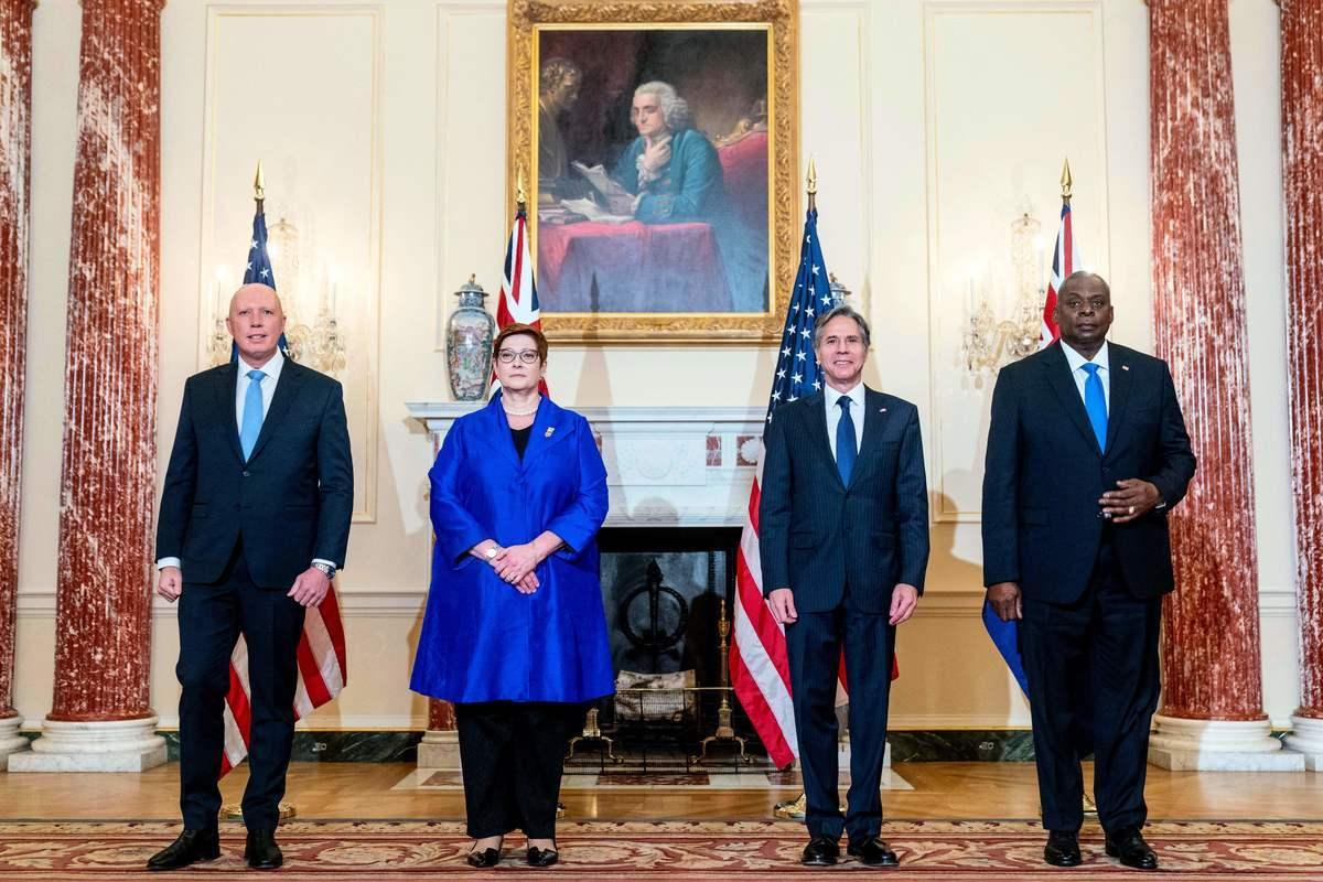 在華盛頓9月16日舉行的聯合新聞發布會上,美國國務卿布林肯(Antony Blinken,右二)、國防部長奧斯汀(Lloyd Austin,右一)和澳洲外交部長佩恩(Marise Payne,左二)、國防部長達頓(Peter Dutton,左一)將美英澳新協議描述為是延續澳美兩國歷史上的安全和經濟關係,從一戰到阿富汗戰爭,澳洲軍隊和美國軍隊一直並肩作戰。(ANDREW HARNIK/POOL/AFP via Getty Images)