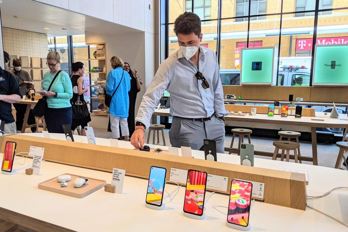 圖為紐約民眾2021年6月17日在全球首間Google Store內,參觀各式產品。(黃小堂/大紀元)