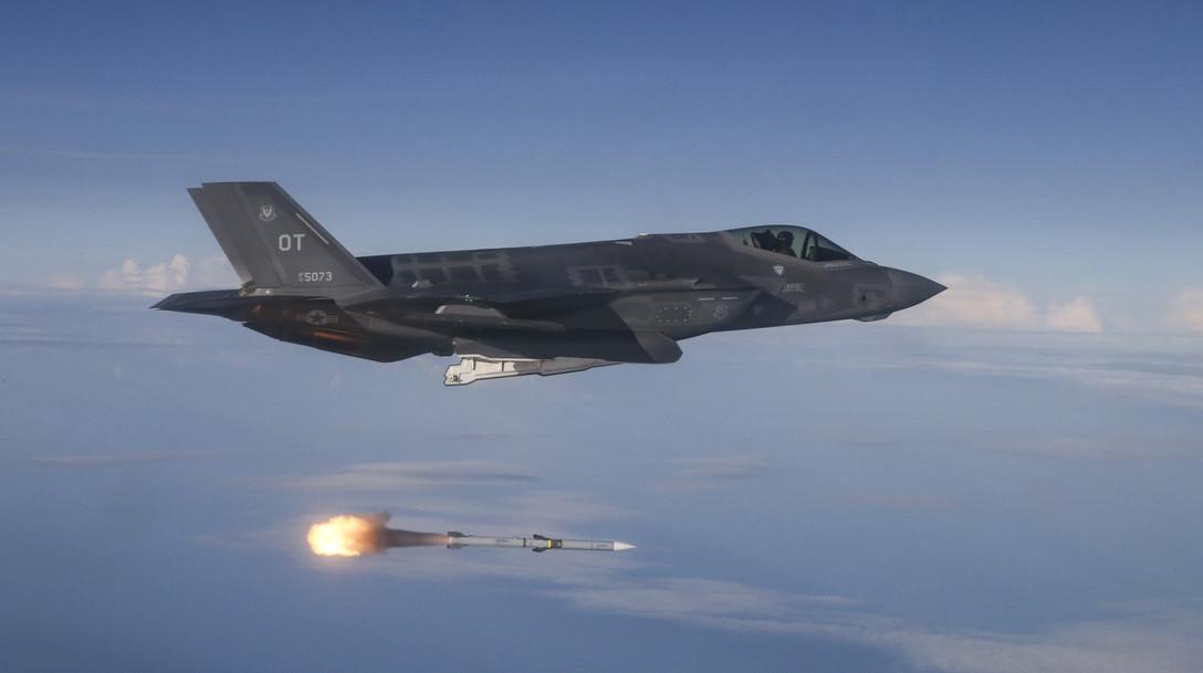2018年6月12日,美國空軍一架F-35A戰機在墨西哥灣上空對QF-16靶機發射AIM-9響尾蛇導彈。(Michael Jackson/U.S. Air Force)