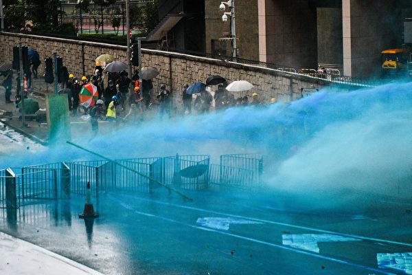 港警8月31日至少抓捕71名與抗議有關的人士。圖為警方當天開動水炮車,向抗議者發射藍色液體水柱。(Anthony WALLACE/AFP)