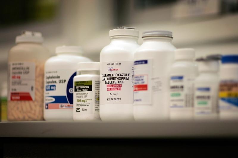 中國是抗生素濫用最嚴重的國家。世界衛生組織曾發表文章表示,中國濫用抗生素,2050年後或致每年百萬人早死。圖為藥店中羅列的抗生素藥品。 (Joe Raedle/Getty Images)