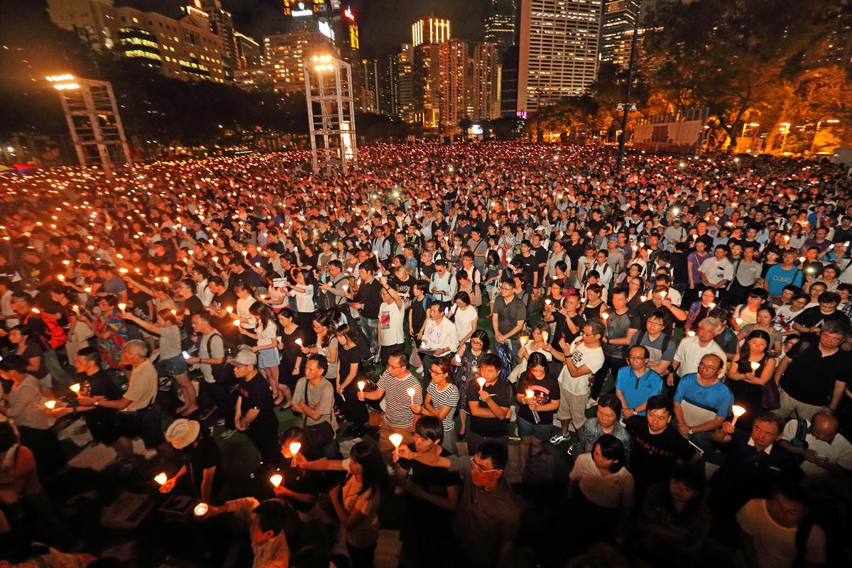 圖為去年香港,在6月4日雨天的情況下仍有11萬五千人出席悼念六四受害者。(李逸/大紀元)