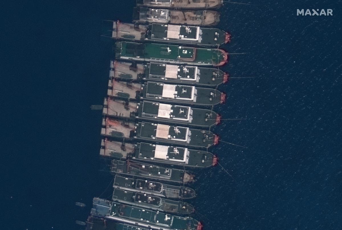 南海牛軛礁附近的中國船隻,圖為3月23日拍攝。(Philippine Coast Guard Handout/AFP)