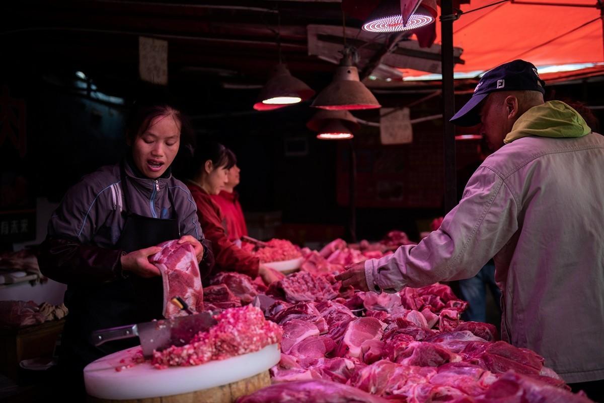 中共商務部公佈,上周大陸豬肉價按周上漲4.1%。圖為2019年9月5日北京某市場上的豬肉攤。( AFP)