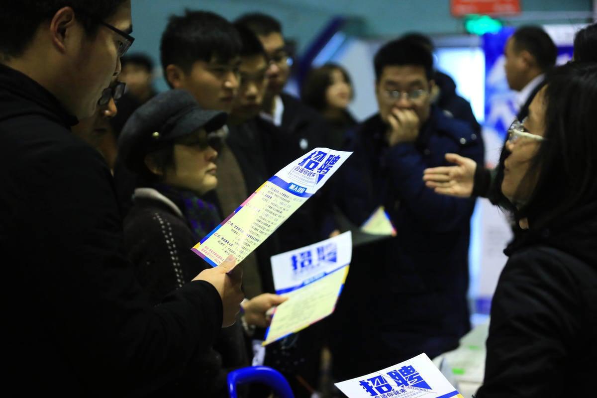 12月1日,江蘇淮安招聘會現場,有很多求職者前來應聘。(大紀元資料室)