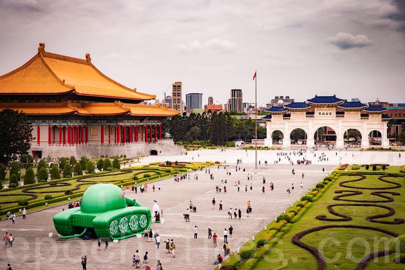 2019年台灣為六四屠殺30周年,華人民主書院在中正紀念堂前廣場推出「坦克人」裝置藝術展。(陳柏州/大紀元)