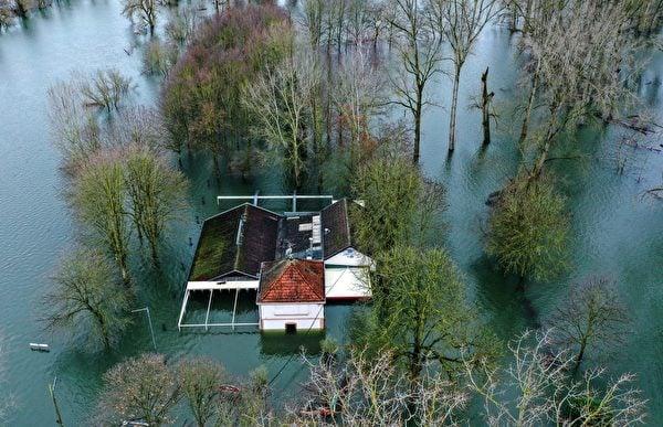 2021年2月3日,德國蒙多夫(Mondorf),西格河(Sieg river)氾濫,一間餐廳遭水淹沒。(INA FASSBENDER/AFP via Getty Images)