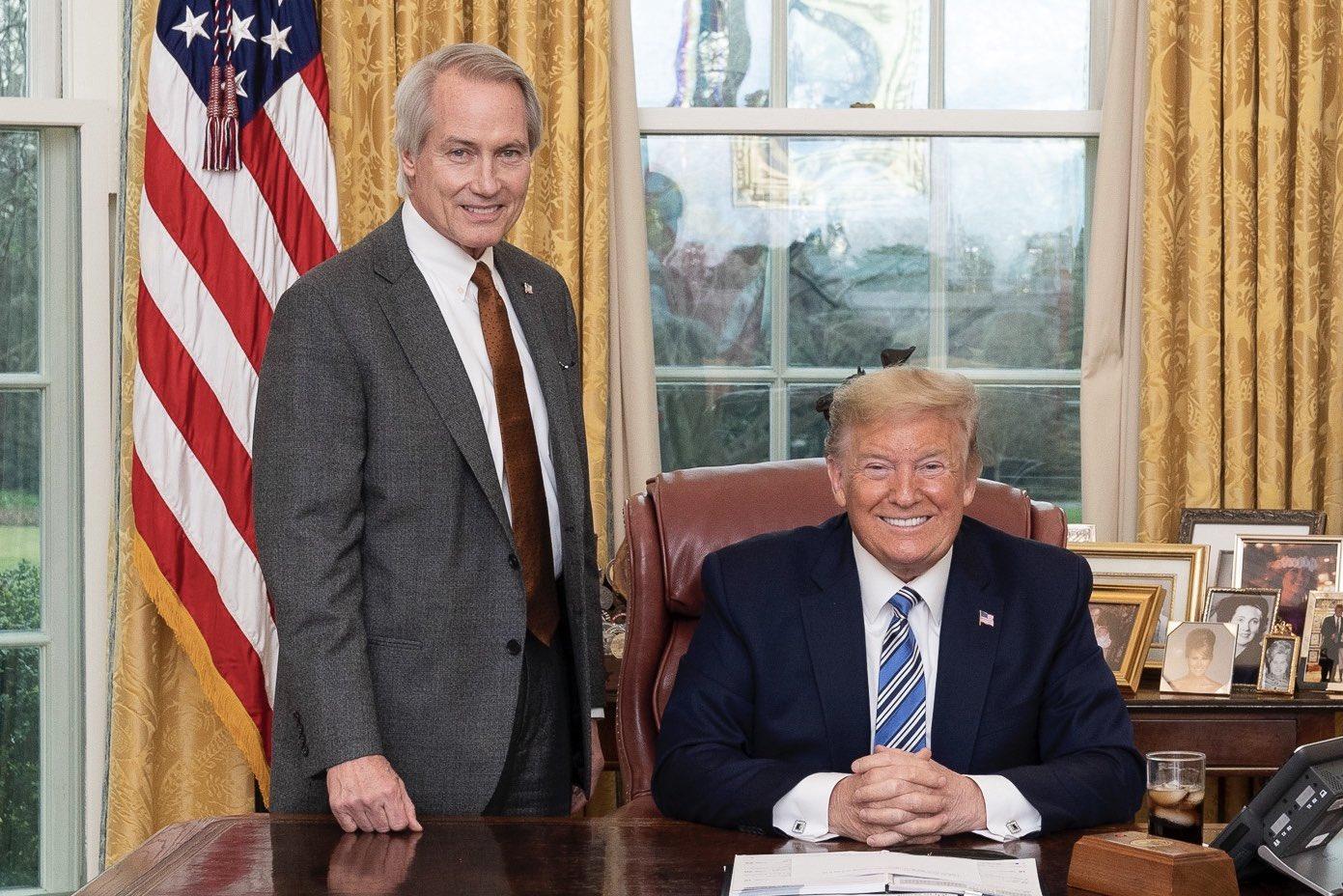 美國著名維權大律師林肯‧伍德(Lucian Lincoln Wood)日前宣佈加入特朗普陣營,並指特朗普是為了人民而參選總統,此刻已到了「我們為總統而戰的時候了」。圖為2020年3月11日,特朗普總統(右)與林肯‧伍德(左)。(公有領域)