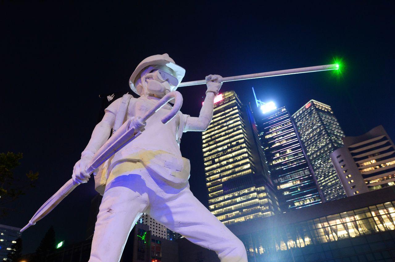 繼《願榮光歸香港》這首膾炙人口的歌曲之後,其主要作曲和作詞者又推出另一力作──《不屈進行曲》。圖為2019年9月27日,愛丁堡廣場的「香港民主女神像」。(宋碧龍/大紀元)
