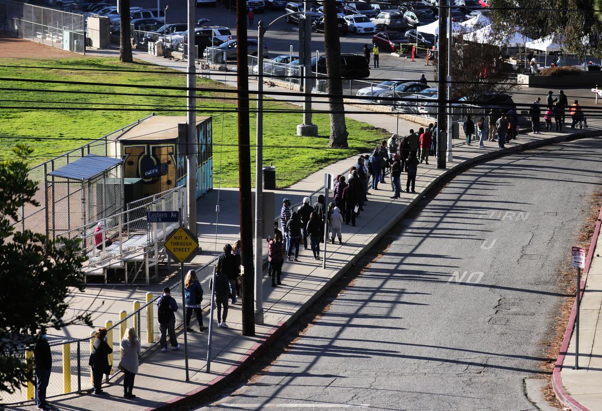 2021年1月26日,在加州洛杉磯的一個步行式公共衛生疫苗接種點,人們在排隊等候接種COVID-19疫苗。 (Mario Tama/Getty Images)