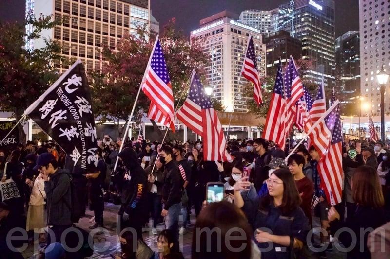 2019年11月28日,香港民眾在中環愛丁堡廣場舉行「人權法案感恩節集會」。圖為集會人士揮舞美國國旗表達訴求及感恩。(余鋼/大紀元)