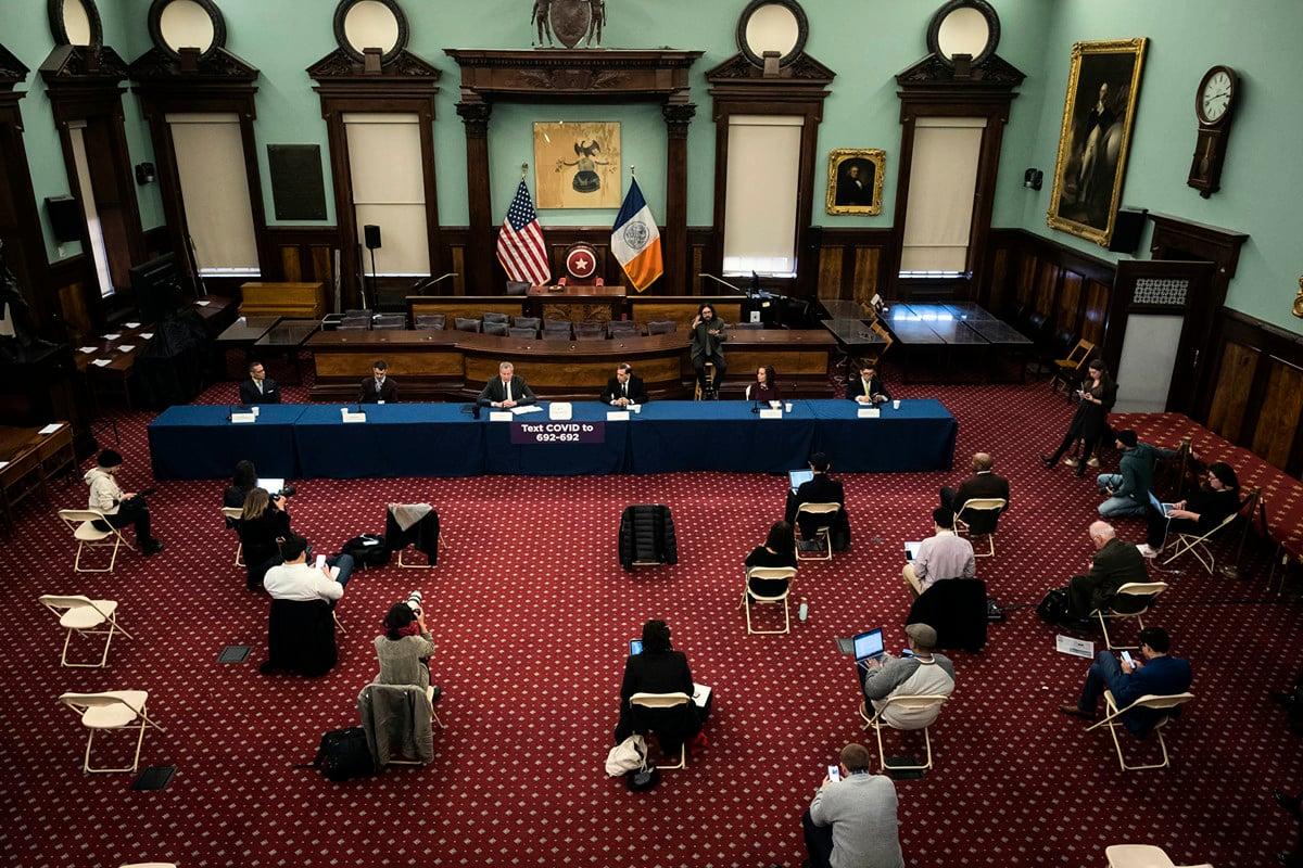 紐約市禁止人群聚集,要求市民都待在家裏。圖為市長白思豪3月17日召開中共肺炎疫情新聞發佈會。(來源:市長Flickr)