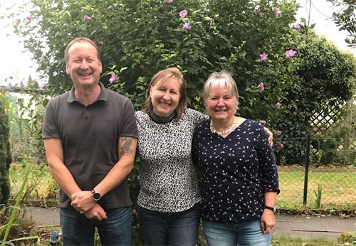 (由左至右)德國法輪功學員沃納,烏蘇拉和卡琳(明慧網)