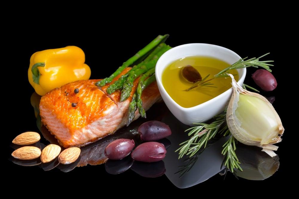 堅持地中海飲食的人可將罹患阿茲海默症的風險降低53%,如魚中的ω-3脂肪酸和蔬果中的多酚都是抗炎營養成份。(shutterstock)