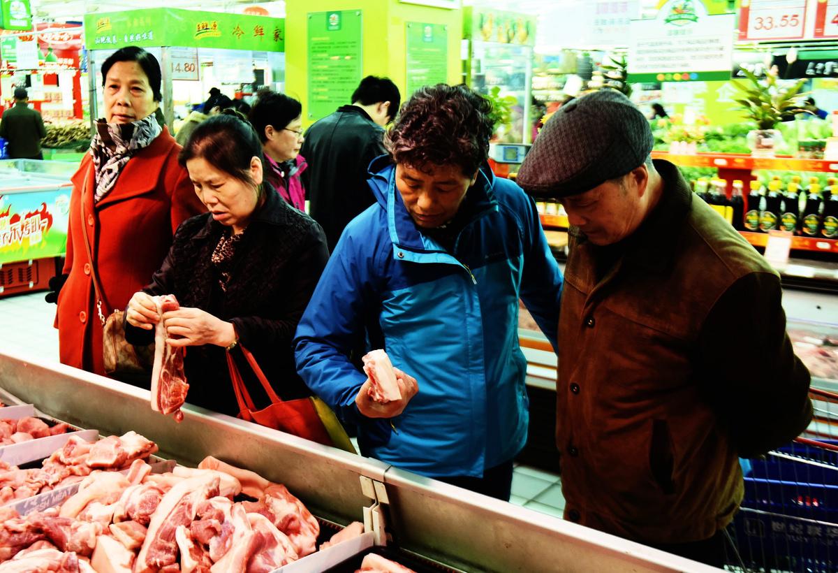 因非洲豬瘟影響,2019年中國的全年豬肉生產量預計比2018年減少三成,缺口將不得不從美國進口來填補。而中共目前對美國豬肉產品徵收62%的關稅,將悉數轉嫁給中國老百姓。(STR/AFP/Getty Images)