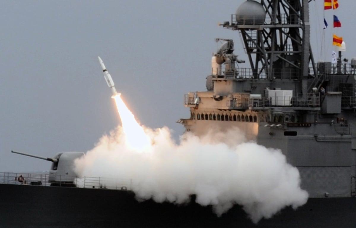 專家解析,若以整體國際情勢,以及中共內部的佈局來推測,2025年到2027年,會是中共對台武統上升的高峰期。圖為2013年9月26日,台灣一艘驅逐艦發射導彈。(SAM YEH/AFP/Getty Images)