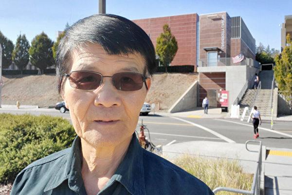 11月2日,加州台灣鄉情關懷會會長謝鎮寬到海沃德投票站投票。(李沁一/大紀元)