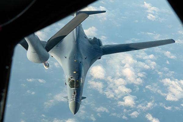 2020年4月30日,從美國本土起飛的B-1B轟炸機飛行32小時,前往南中國海演練,途中接受KC-135空中加油。從此,美軍B-1B轟炸機長時間動態部署關島。(美國空軍)