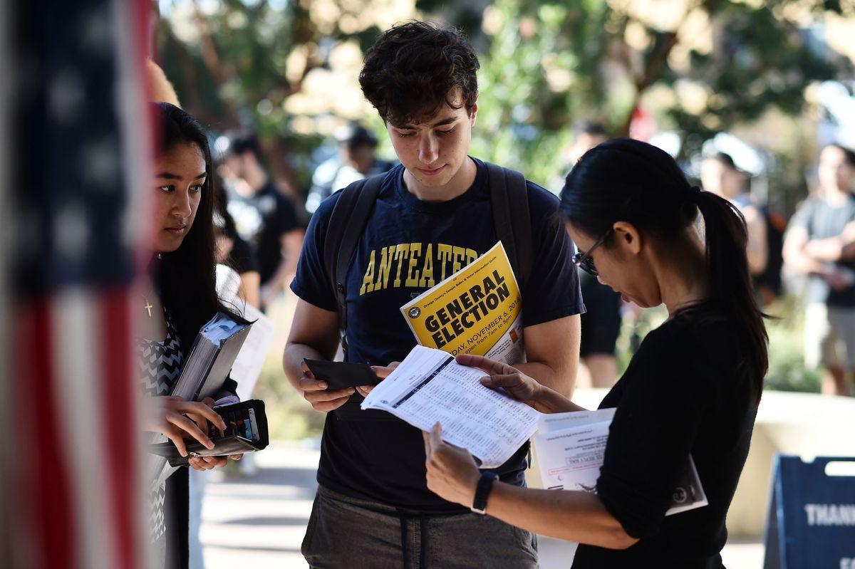 圖為加州大學爾灣分校(UC Irvine)的學生,在校內參加選舉活動。(ROBYN BECK/AFP via Getty Images)