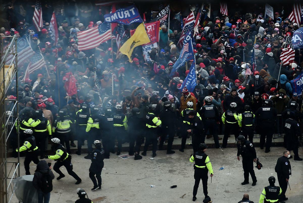 2021年1月6日,人群衝擊國會,警察阻擋。(OLIVIER DOULIERY/AFP via Getty Images)