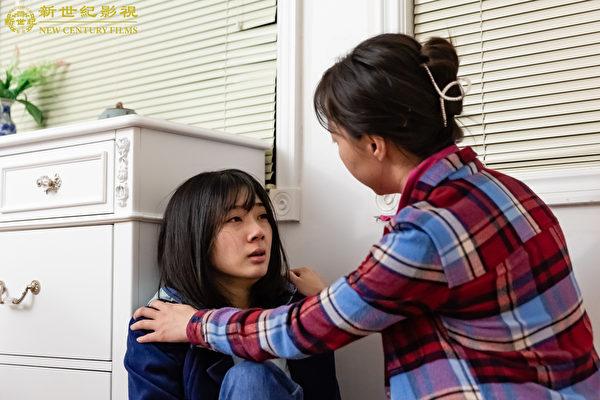 《意外》劇照,妹妹撞人後嚇壞了,姐姐得知消息也很驚恐。(新世紀影視提供)