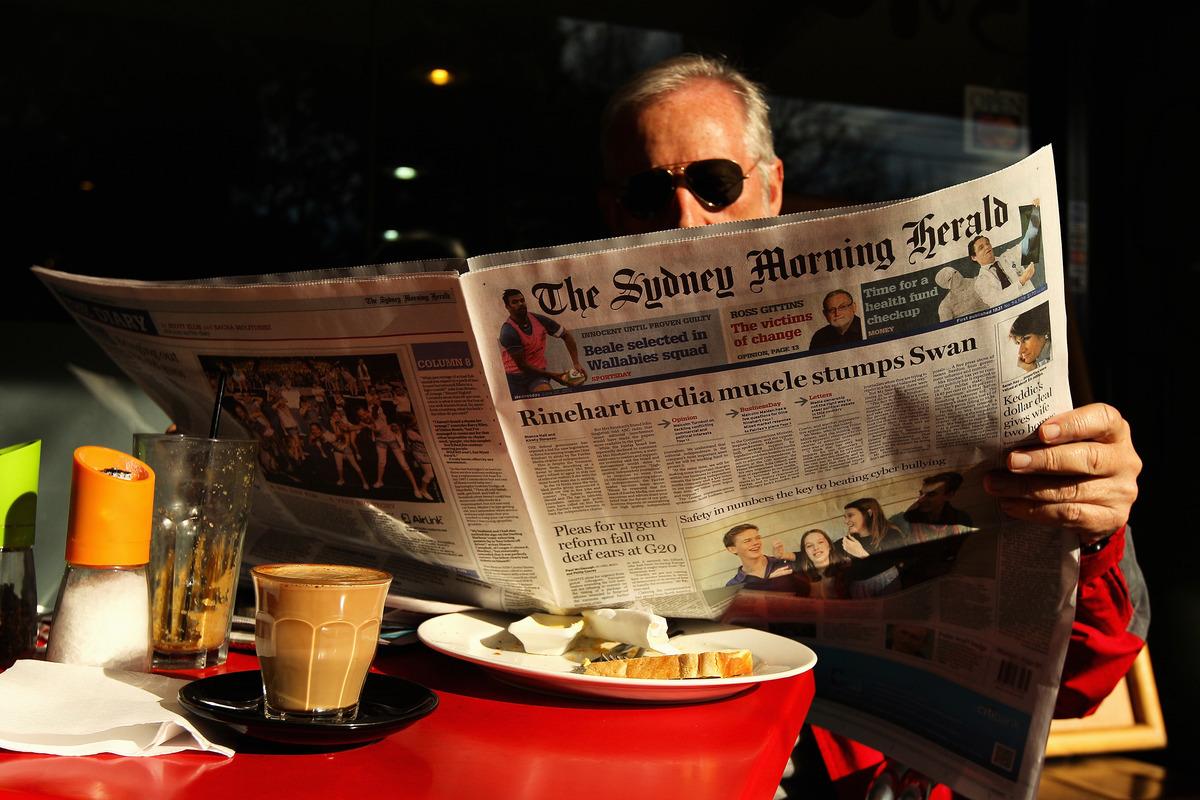 澳洲九號娛樂公司(Nine Entertainment)旗下的系列報紙已經停止刊登中共喉舌的8個付費新聞插頁。圖為2012年6月20日澳洲悉尼一讀者在閱讀《悉尼晨鋒報》。(Cameron Spencer/Getty Images)