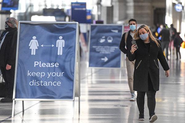 2020年12月20日,英國倫敦滑鐵盧車站(Waterloo station),站內的看板提醒民眾保持社交距離。(Peter Summers/Getty Images)