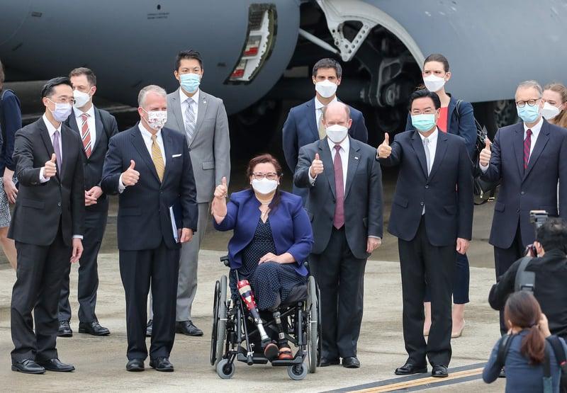 美參議員訪團2021年6月6日上午搭乘專機訪問台灣,外交部長吳釗燮(前右二)前往接機,與訪團成員合照留念(中央社記者裴禛攝)